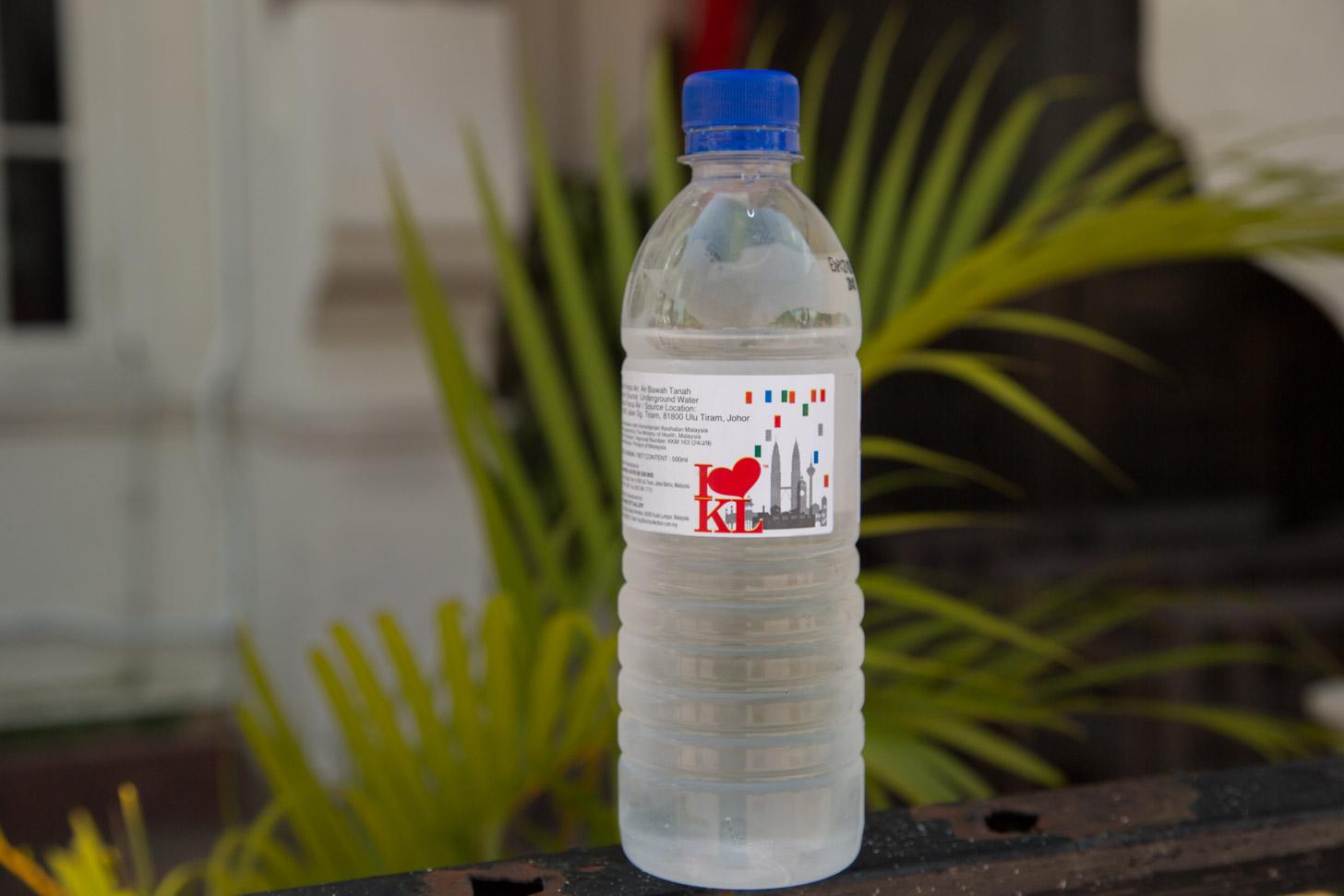 Een flesje koel mineraalwater